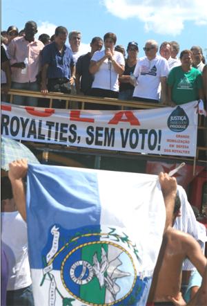 Rosinha discursa na manifestação da BR - 101